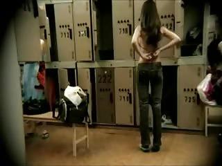 Jeunes femmes matté au vestiaire par un voyeur