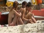 Quelques copines sur une plage naturiste