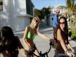 Ces filles font du vélo seins nus
