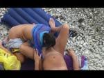 Elle suce son mec sur une plage qu'elle croit déserte