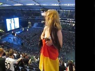 A poil dans un stade pendant un concert