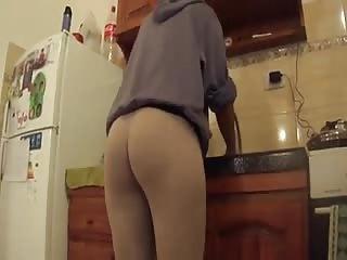 Madame fait la vaisselle