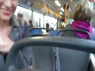 Deux cochonnes s'exhibent dans un bus