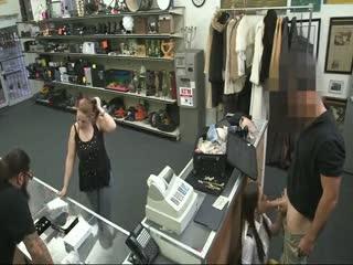 Elle se masturbe dans une boutique d'objets d'occasion
