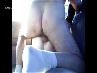 Ils baisent sur la banquette arrière de la voiture