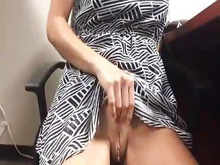 Secrétaire se masturbe sous son bureau