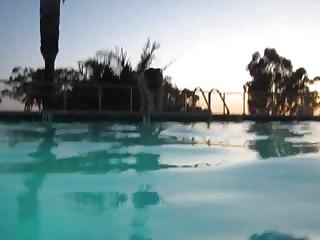 Elle plonge à poil dans la piscine