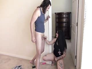 Elle se fait enculer pendant que sa copine se fait baiser