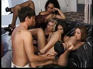 Un mec se baise 4 belles salopes en chaleur