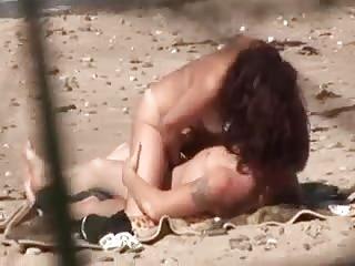 Mec espionne un couple qui baise sur la plage