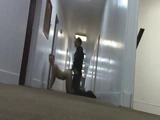 Couple commence à baiser dans les couloirs de l'hôtel