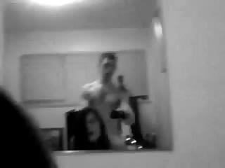 Elle jouit comme une folle devant le miroir