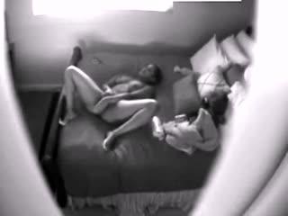 Filmée en cachette pendant qu'elle se masturbe