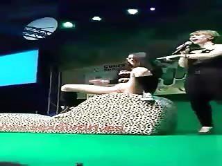 Femme fontaine gicle dans la tête d'un spectateur