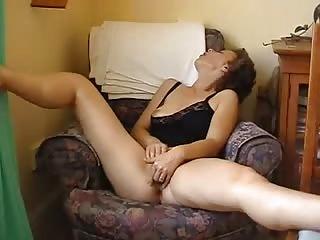 Femme mature se touche devant sa webcam