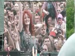 Elles montrent leurs seins pendant un concert