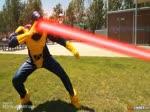 Il déshabille les passantes avec son rayon laser !