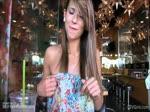 Coquine de 21 ans montre ses seins au resto
