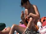 Bombasse topless à la plage