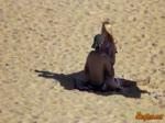 Jeune couple coquin baise sur une plage publique
