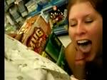 Cette jolie amatrice suce dans un supermarché