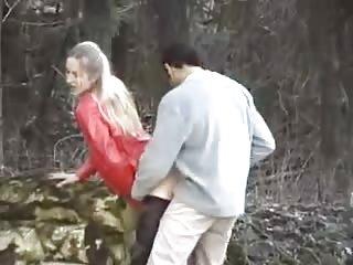 Surpris en train de baiser sa femme dans un parc