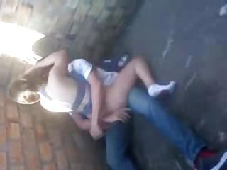 Couple amateur baise sur un chantier