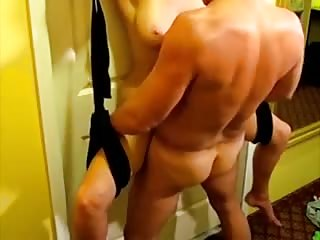 Il attache sa femme a la porte pour la baiser