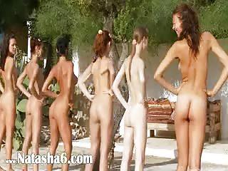 Orgie entre filles au bord de la piscine