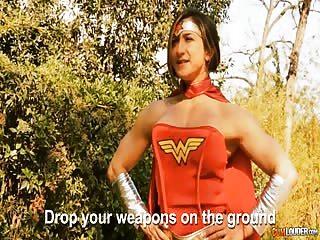 Une actrice porno se prend pour Wonder Woman