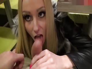 Belle blonde suce au Macdo
