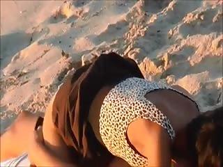 Jeune couple de vacanciers baise sur la plage