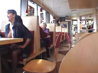 Elle exhibe ses seins dans un fast food