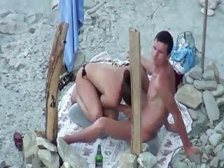Jeune et joli couple sur une plage naturiste
