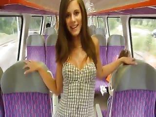 Elle se fait une exhib coquine dans un train