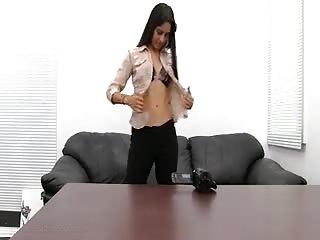 Jolie beurette se fait prendre contre le bureau