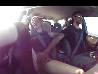 Il masturbe sa meuf en voiture