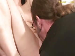 Jolie brune prend tout en pleine face
