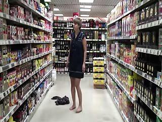 Chloé fait une exhib dans un supermarché