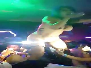 Une stripteaseuse éjacule sur un client