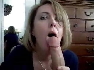 Maman taille une bonne pipe à son amant