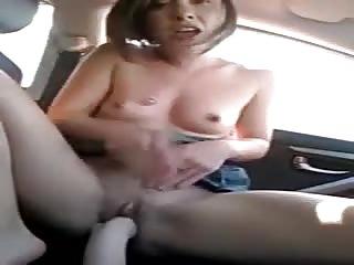 Libertine se fiste dans sa voiture