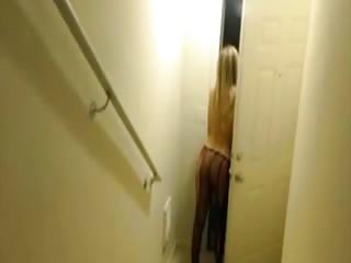 Kendra Sunderland essaye de chopper le livreur