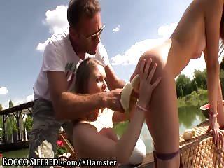 Rocco Siffredi fait manger une banane à une actrice