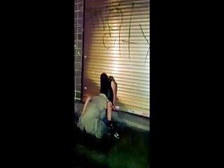 Ce couple bourré fait des cochonnerie en pleine rue