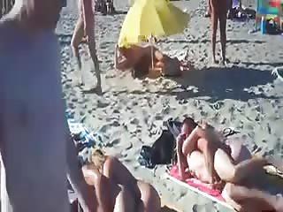 Baise sur la plage entre naturistes