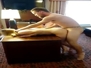 Jeune blonde baisée hard dans une chambre d'hôtel