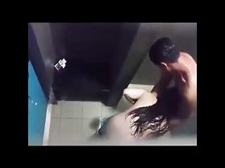 Jeune couple baise dans les douches d'une piscine