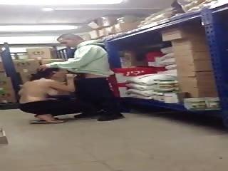 Patron se fait sucer dans son arrière boutique