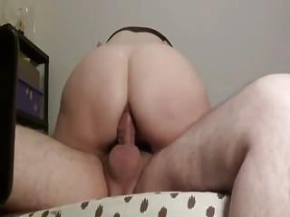 Elle aimerait savoir ce que vous pensez de son cul